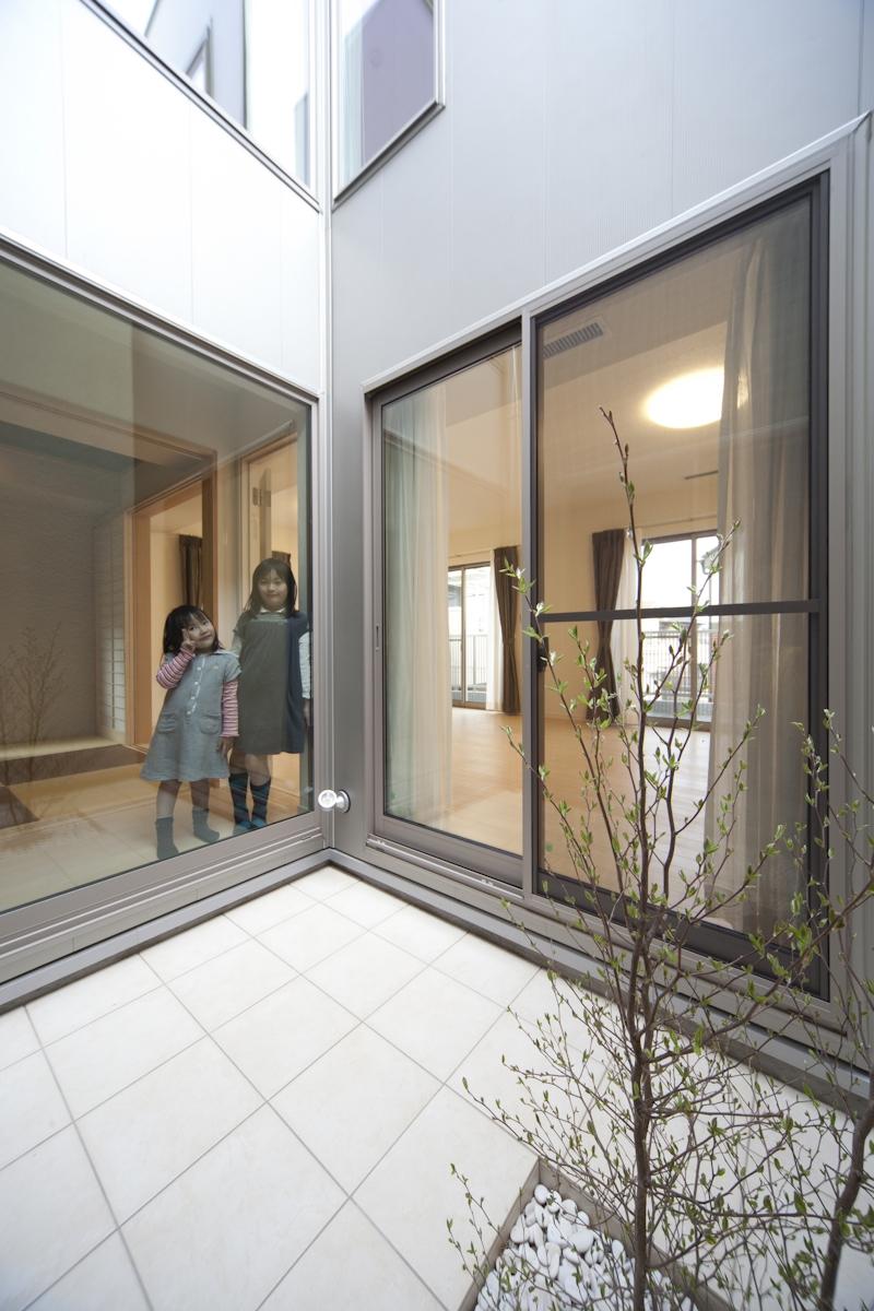 蔵とヴァイオリン室のある家の部屋 光庭