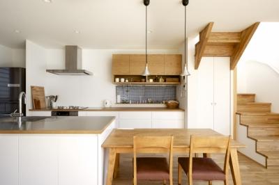 久居の家(夫婦で料理するアイランドキッチンの家) (ダイニング・キッチン)