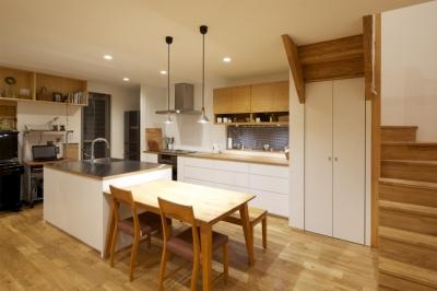 久居の家(夫婦で料理するアイランドキッチンの家) (ダイニング・キッチン2)