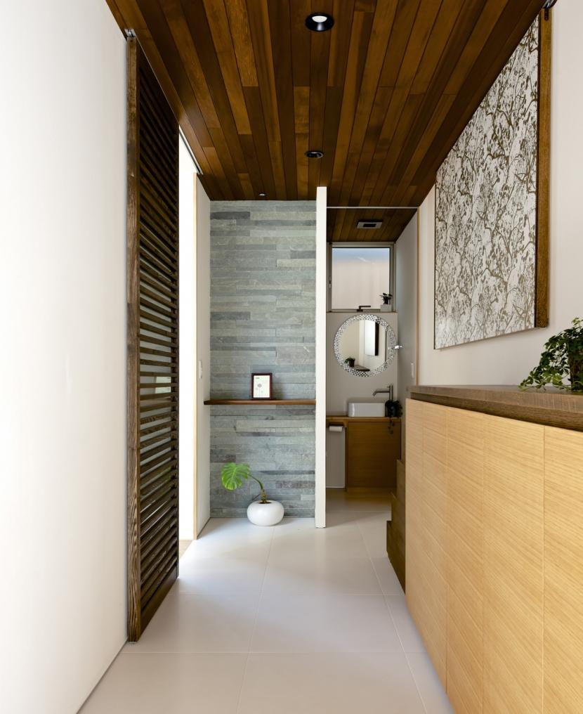 江南の家(プライベートテラスと蔵のある家)の部屋 玄関3