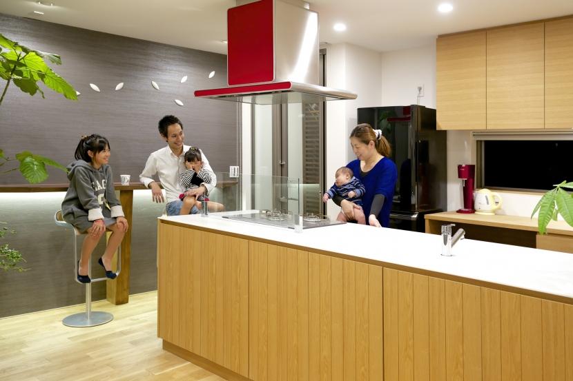 キッチン横のバーカウンター (江南の家(プライベートテラスと蔵のある家))