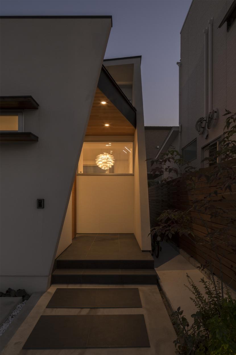 中庭のある平屋の家の写真 アプローチ(夜景)