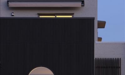 和楽3層住宅 (夕景に映える和室の丸窓)