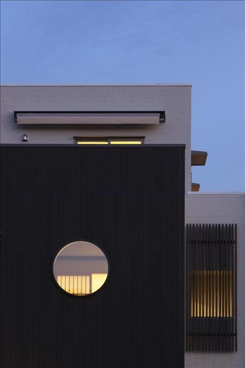 和楽3層住宅の写真 夕景に映える和室の丸窓