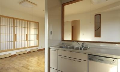 和楽3層住宅 (キッチンから和室を見る)