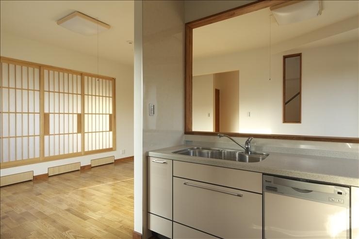 和楽3層住宅の部屋 キッチンから和室を見る