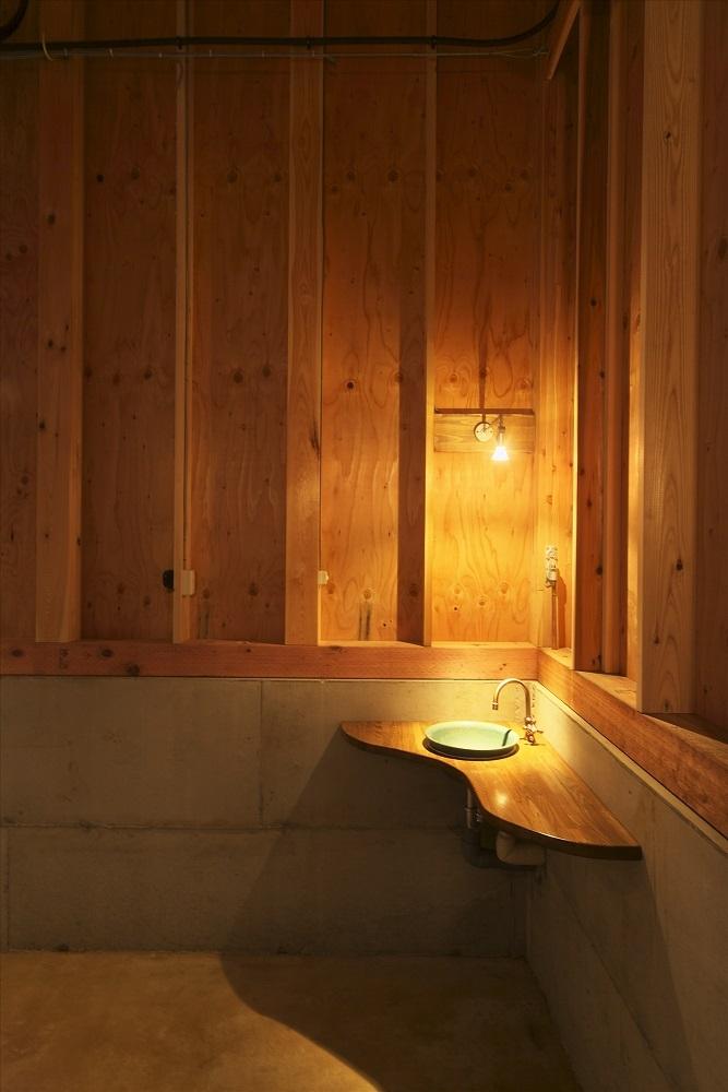木造軸組み大スパンの家の部屋 コーナーの手洗い器
