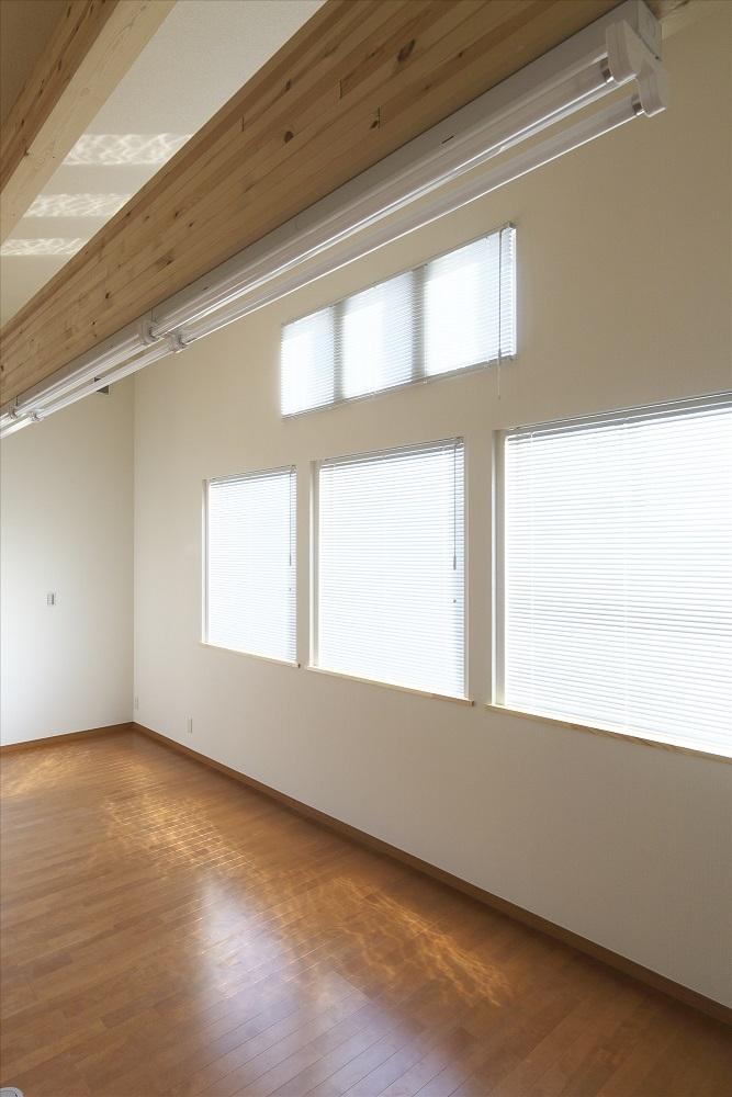 木造軸組み大スパンの家の部屋 2階洋室