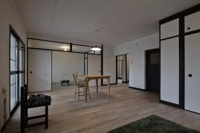 リビングダイニングと和室 (しんかな団地リペア さくらの家|いい団地だからなおして暮らす。古きよき団地をめでるリノベーション。)