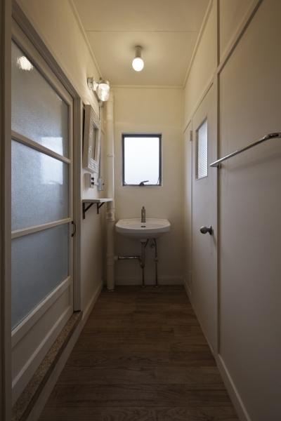 洗面室 (しんかな団地リペア くりの家|いい団地だからなおして暮らす。古きよき団地をめでるリノベーション。)