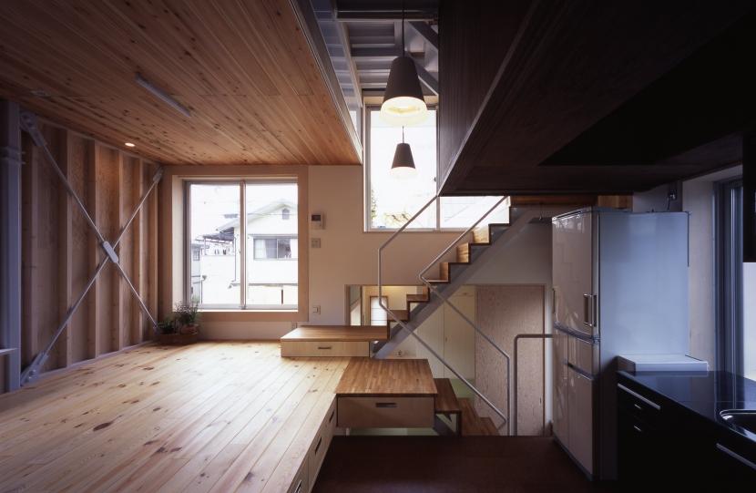 高槻のスキップフロアハウス|スキップフロアで狭い敷地を有効に使いたおす (リビングダイニングキッチン)