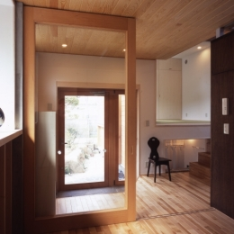 高槻のスキップフロアハウス|スキップフロアで狭い敷地を有効に使いたおす (玄関)