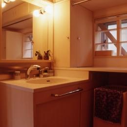 高槻のスキップフロアハウス (洗面室)
