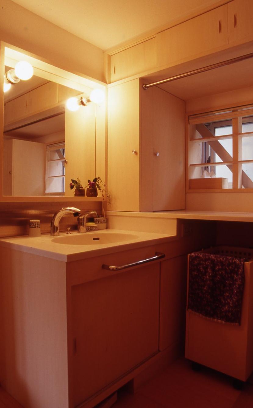 高槻のスキップフロアハウス|スキップフロアで狭い敷地を有効に使いたおす (洗面室)