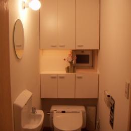 高槻のスキップフロアハウス|スキップフロアで狭い敷地を有効に使いたおす (トイレ)