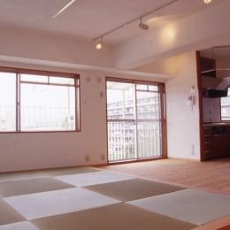 高槻の畳間のあるマンション リノベーション|腰を下ろすとお尻に根がはる畳間あり (リビングダイニングキッチン)