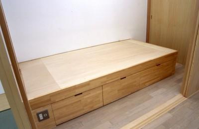ベッドルーム (大阪の畳間のあるマンションリノベーション|昭和40年代築のマンションを明るく、ふんだんに木を使ったインテリアにリノベーション)