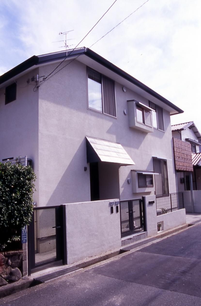 大階段のある二世帯住宅|家の中心に光に満ち溢れた階段を設け、親世帯と子世帯をつなぐ (外観)