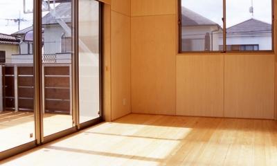 大階段のある二世帯住宅|家の中心に光に満ち溢れた階段を設け、親世帯と子世帯をつなぐ (リビングダイニング)