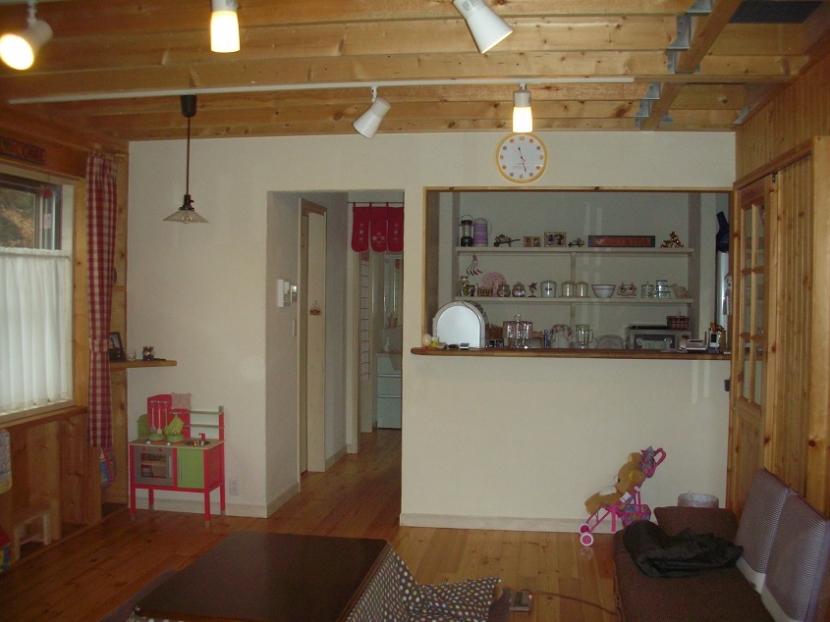 208 外断熱の家の写真 リビングからキッチンの方を見る