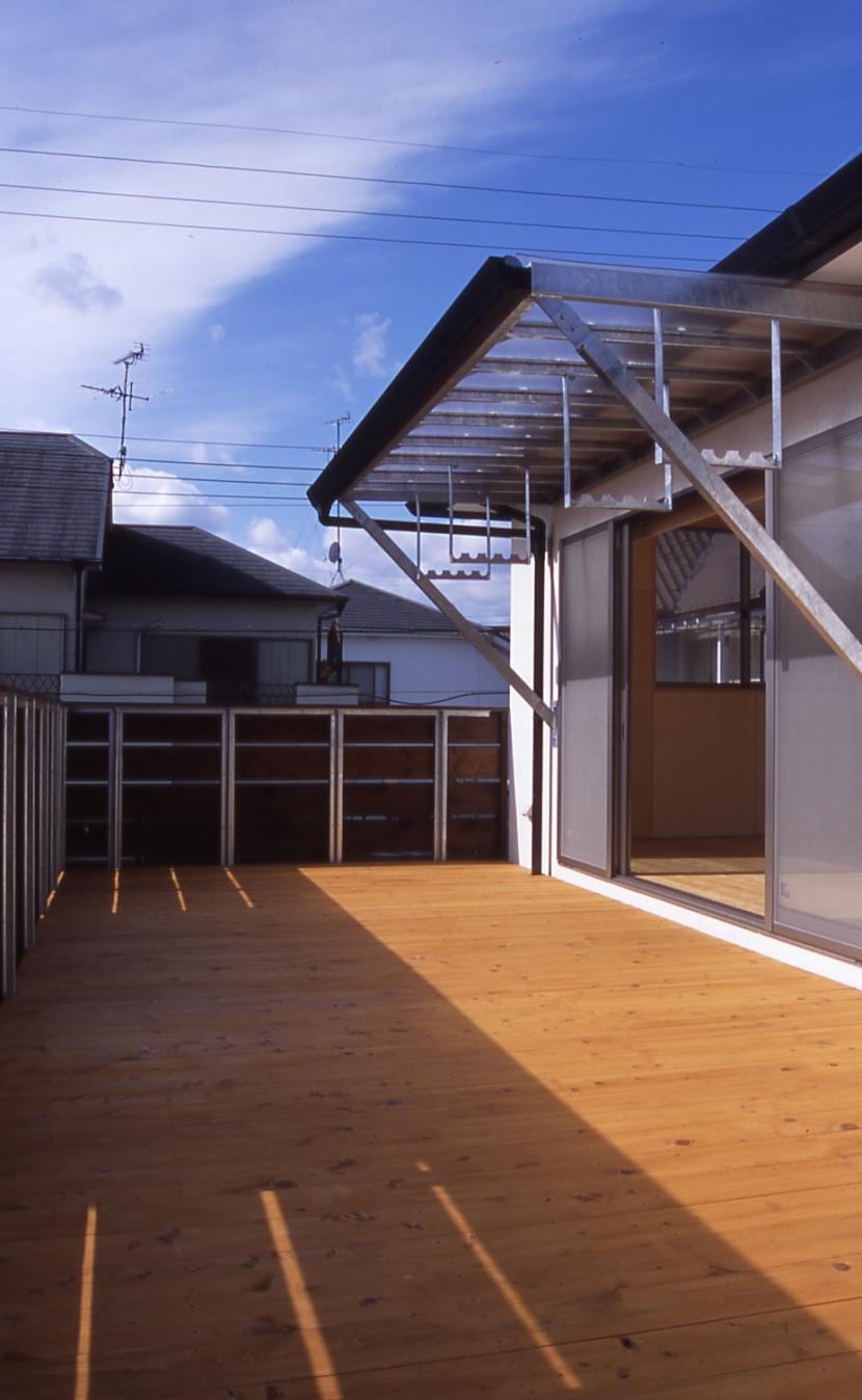 大階段のある二世帯住宅|家の中心に光に満ち溢れた階段を設け、親世帯と子世帯をつなぐ (テラス)