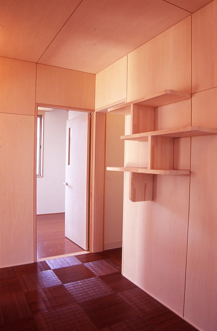 大階段のある二世帯住宅|家の中心に光に満ち溢れた階段を設け、親世帯と子世帯をつなぐ (廊下)