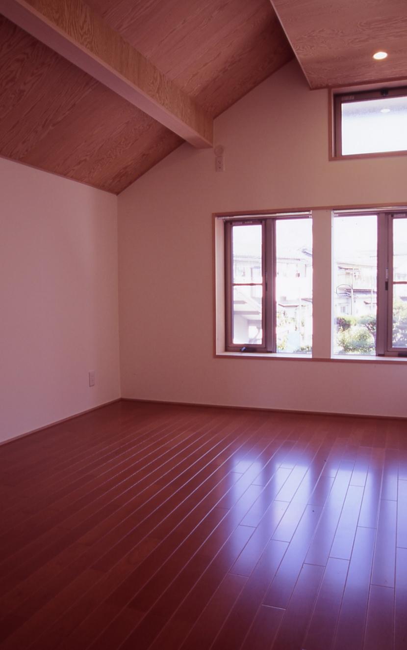 大階段のある二世帯住宅|家の中心に光に満ち溢れた階段を設け、親世帯と子世帯をつなぐ (子供部屋)