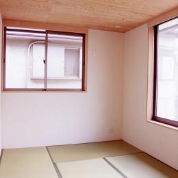 大階段のある二世帯住宅|家の中心に光に満ち溢れた階段を設け、親世帯と子世帯をつなぐ (寝室)