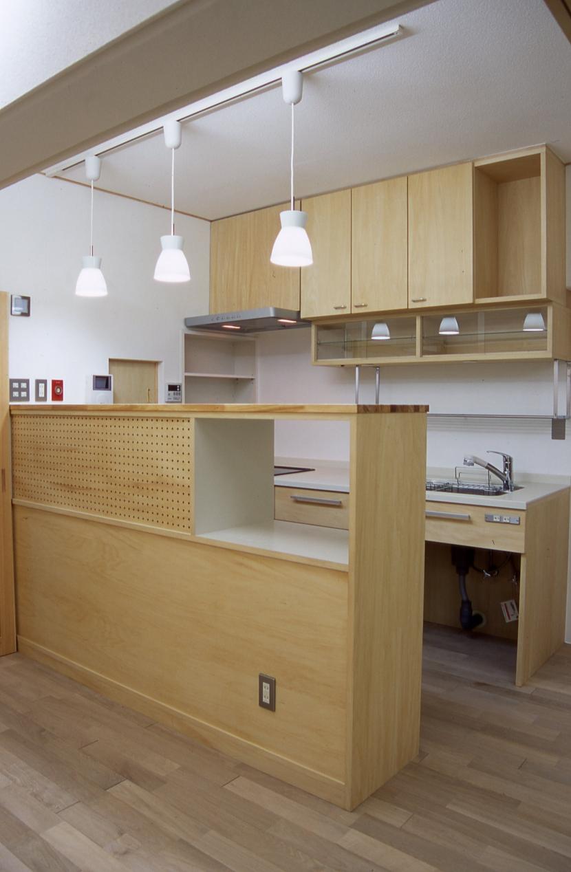 大阪の畳間のあるマンションリノベーション|昭和40年代築のマンションを明るく、ふんだんに木を使ったインテリアにリノベーション (キッチン)