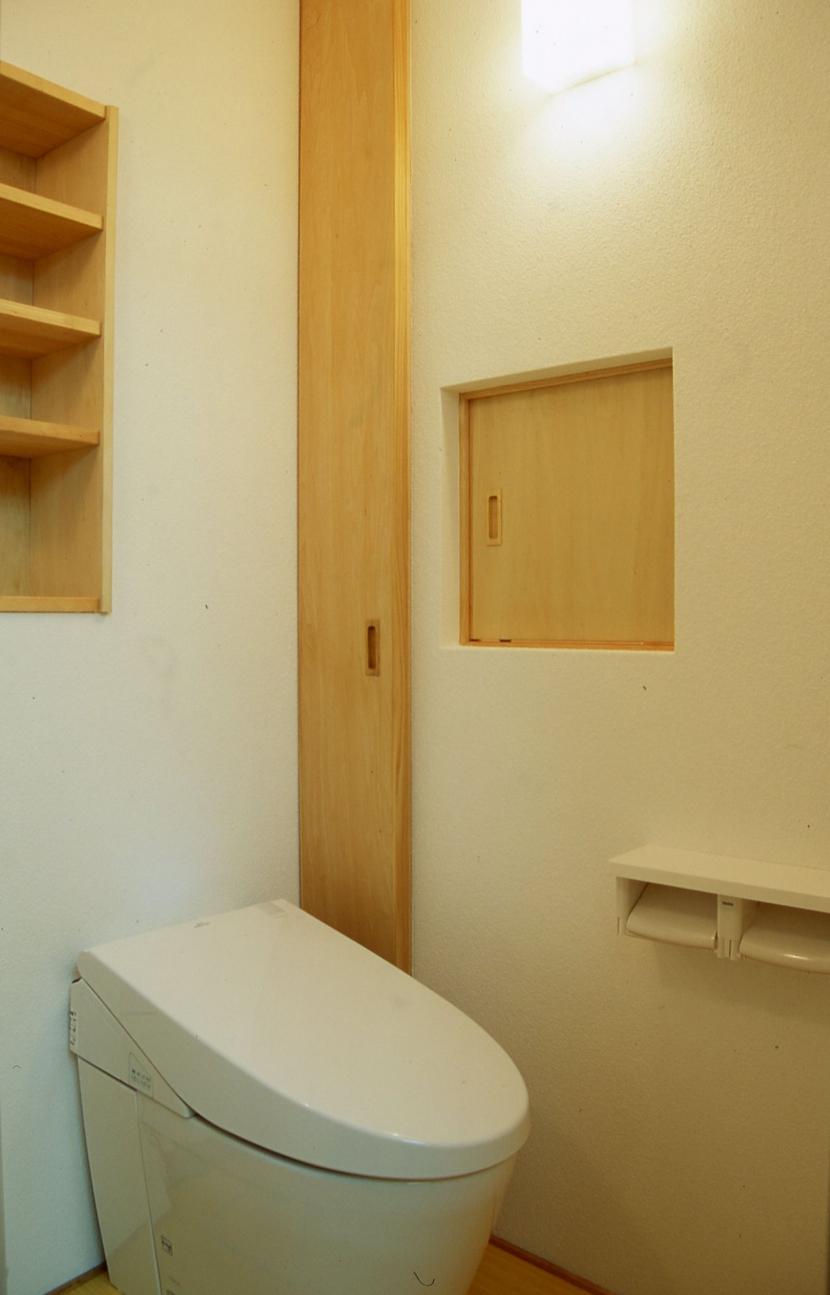 大阪の畳間のあるマンションリノベーション|昭和40年代築のマンションを明るく、ふんだんに木を使ったインテリアにリノベーション (トイレ)