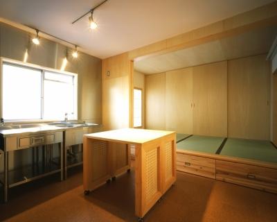 ダイニングキッチン・寝室 (長岡京の団地SOHO|昭和40年代の団地をSOHOにリノベーション)