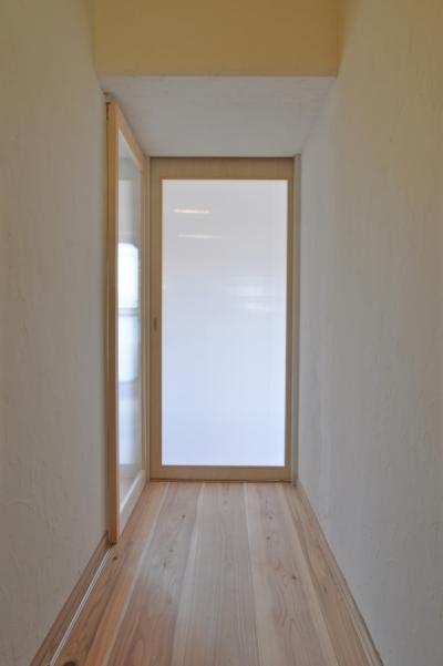 玄関 (洛西ニュータウンの団地リノベーション|子どもが安全でここちよい暮らしをおくれるようにリノベーション。杉の無垢フローリング、調湿消臭性のある塗装など。)