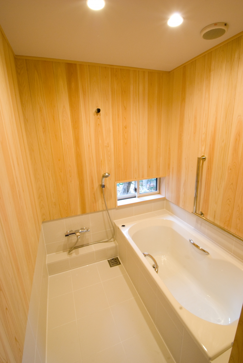 大きな柿の木とおばあちゃんの家の部屋 お風呂