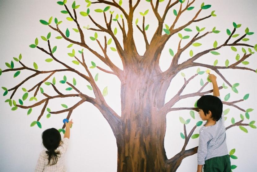 みどりの駅前テナント「おとなり」の写真 大きな木の絵