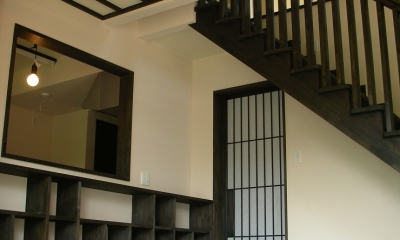 黒塗りの渋い民家 (キッチンの方を見る)