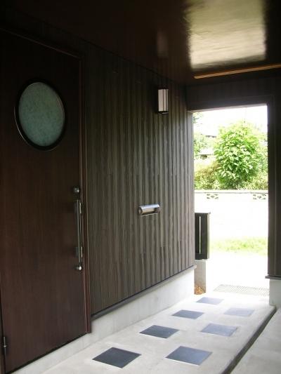 黒塗りの渋い民家 (ビルトイン・玄関アプローチ)