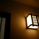 塗り壁を照らす、廊下の明かり