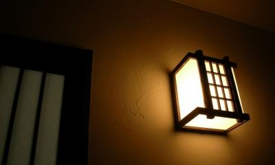 黒塗りの渋い民家 (塗り壁を照らす、廊下の明かり)