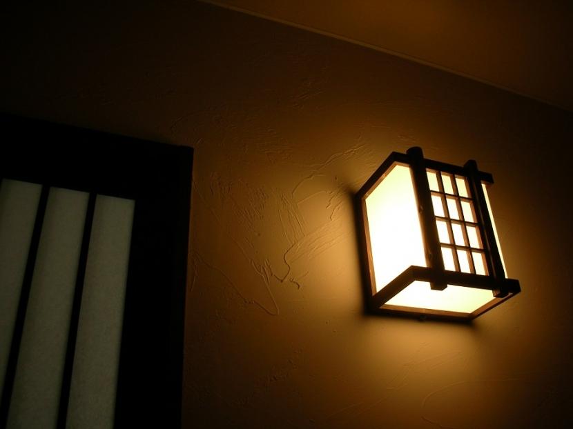黒塗りの渋い民家の部屋 塗り壁を照らす、廊下の明かり