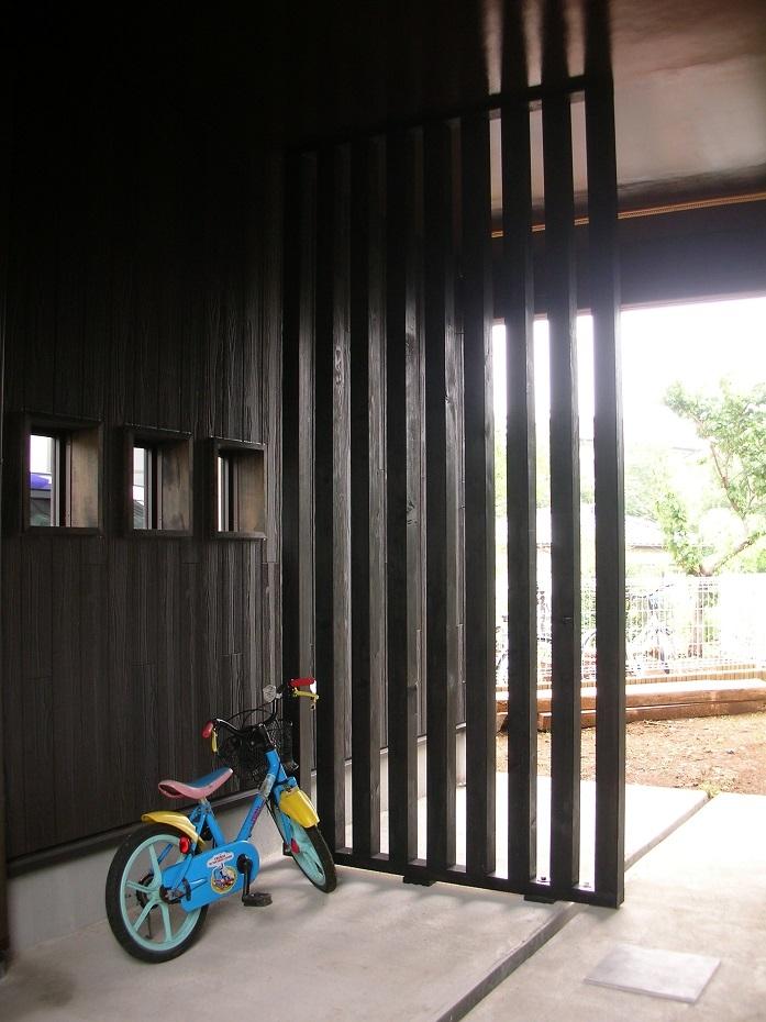 玄関ポーチから庭の方を見る (黒塗りの渋い民家)