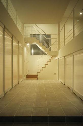 下石神井の家Ⅱ~吹抜け+スキップフロアの家 (玄関ホール)