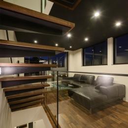 トンガリ屋根の家 (階段+リビング)