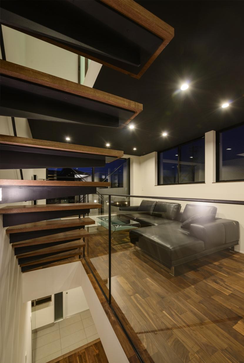トンガリ屋根の家の部屋 階段+リビング