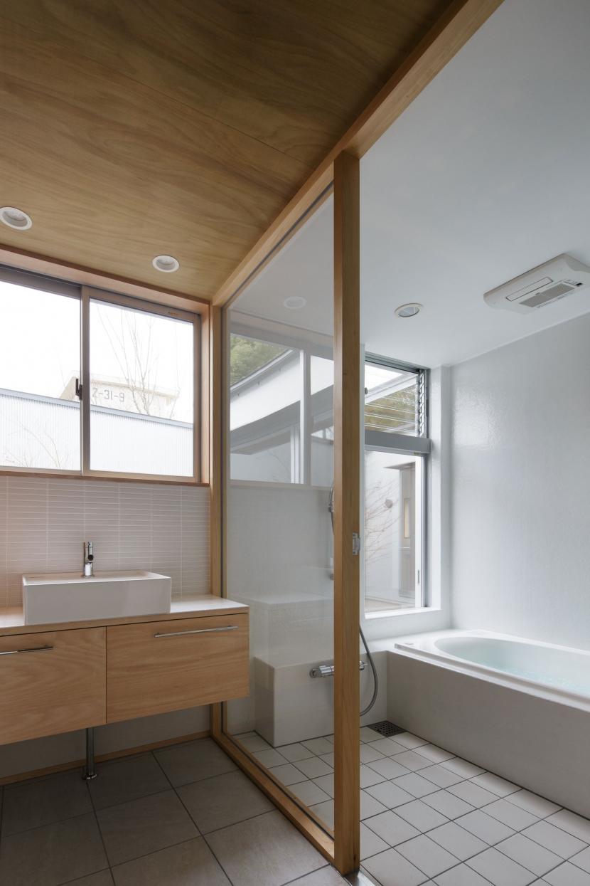 柏のコートハウスの部屋 中庭に面した浴室