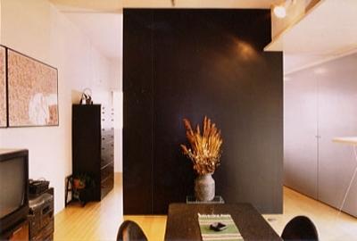 寝室 (リビング・ダイニングと仕切っていた仕切りをシンボリックな壁に格納したところ) (リフォーム・リノベーション(夫婦が両親と住む為に決心を・・・))
