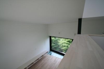 寝室よりリビングを眺める (オウチ03・アトリエのあるスキップフロアの家)