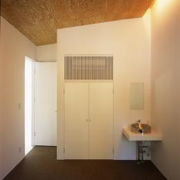 山梨の家~勾配天井の別荘 (寝室)