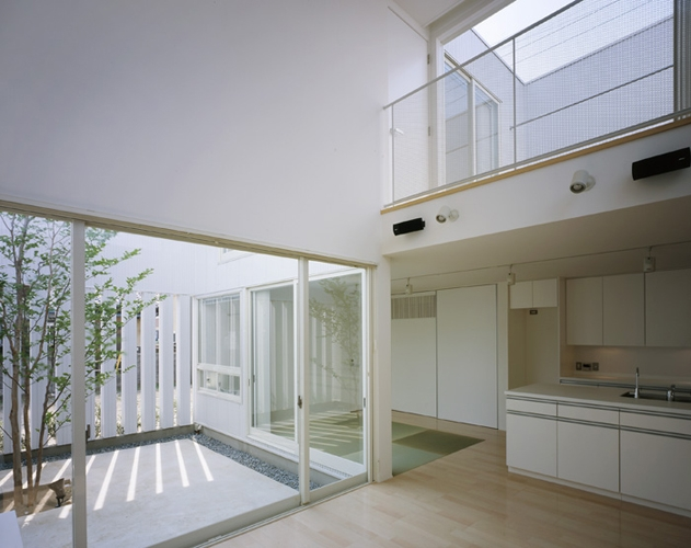 栗橋の家~中庭+吹抜け+ルーフバルコニーの家の写真 LDK2