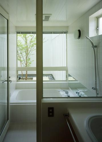 栗橋の家~中庭+吹抜け+ルーフバルコニーの家の写真 浴室