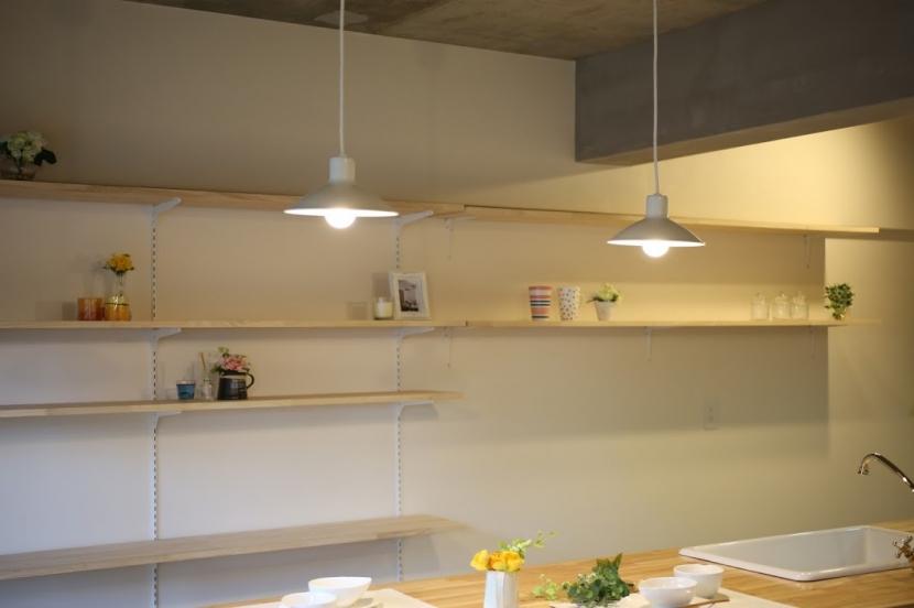 キッチンが出迎える家の部屋 造作棚